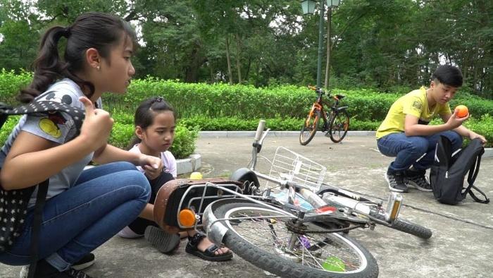 Nằm mộng thấy rất nhiều người chê cười khi bị ngã xe đạp
