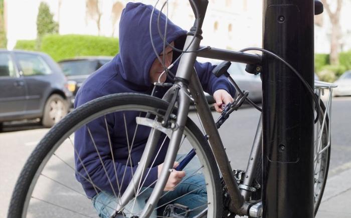 """Người yêu cũ tự dưng """"hiện hồn"""" về và lấy trộm chiếc xe đạp đồng nghĩa với việc hai người sắp quay lại với nhau"""