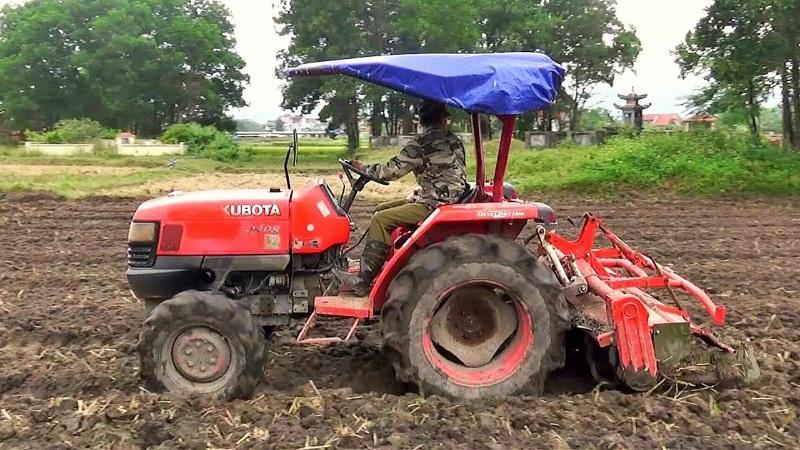 Chiêm bao thấy máy cày đang làm việc ngoài đồng